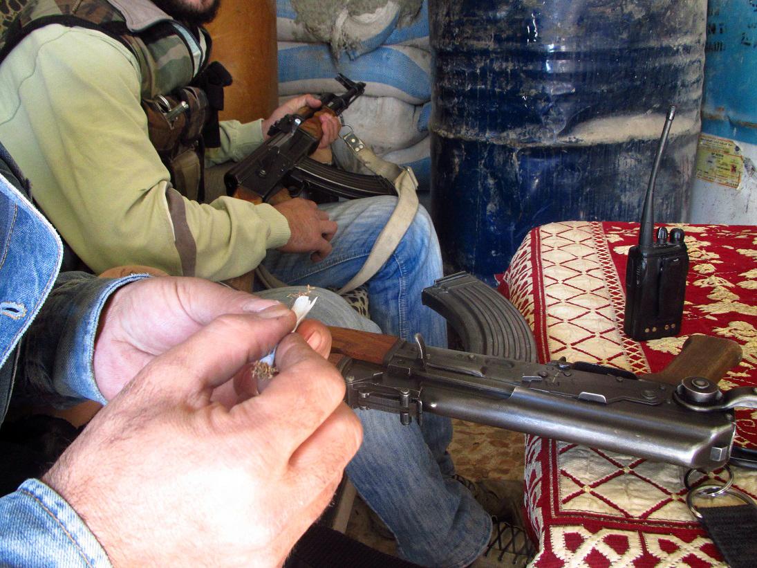 مقاتل يلف سيحارة على إحدى جبهات القتال في داريا