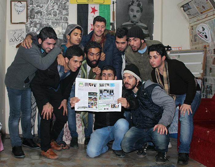 """صورة جماعية لفرقة """"خطوة"""" الفنية في غرفة مسرحهم بأسنلر وسط اسطنبول (عنب بلدي)"""