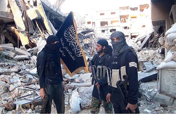 مقاتلون تابعون لجبهة النصرة داخل مخيم اليرموك