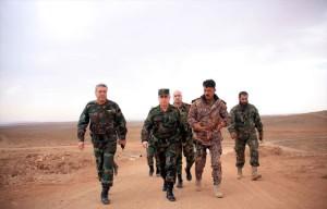 العماد عبد الله أيوب رئيس أركان قوات الأسد، في جولة قرب تدمر، برفقة العقيد سهيل الحسن (النمر) - تموز 2015 (سانا)