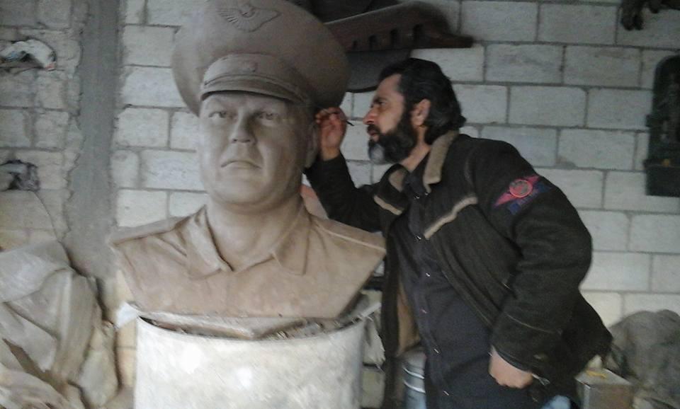إياد البلال يعمل على تصميم تمثال نصفي للضابط الروسي أوليغ بيشكوف.