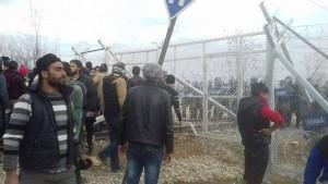 لاجئون عالقون على الحدود اليونانية- المقدونية، ظهر الاثنين 29 شباط (ناشطون)