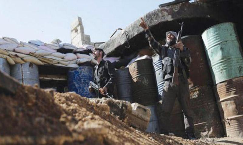 مقاتلان من فيلق الرحمن داخل مدينة عربين في الغوطة الشرقية - 26 شباط 2016 (AFP)