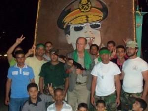 فرانكلين لامب مع مقاتلين تابعين للزعيم الليبي معمر القذافي في طرابلس