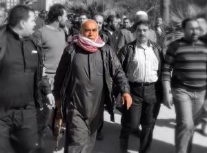 والد عمر سندة يحمل سلاحه خلال مراسم التشييع