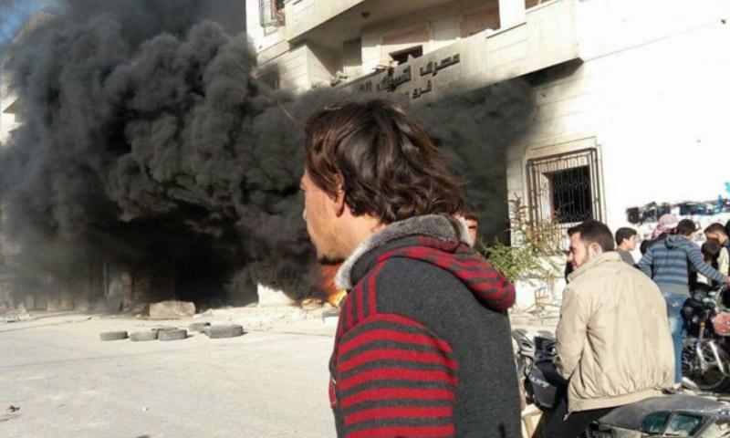 صورة تناقلها ناشطون لحريق مقر النصرة في معرة النعمان - الاثنين 14 آذار 201.