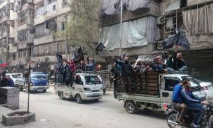 سيارات تابعة لحزب التحرير تحمل متظاهرين إلى حي الصالحين في حلب - الجمعة 18 آذار