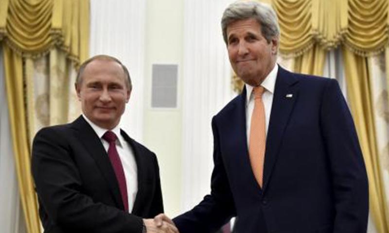 وزير الخارجية الأمريكي جون كيري يصافح الرئيس الروسي فلاديمير بوتين في موسكو (رويترز).