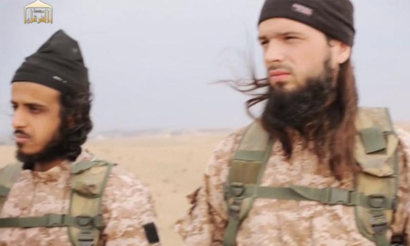 """مكسيم هوشار (يمين) جهادي فرنسي، ظهر في إصدار تنظيم """"الدولة""""، تشرين الثاني 2014."""
