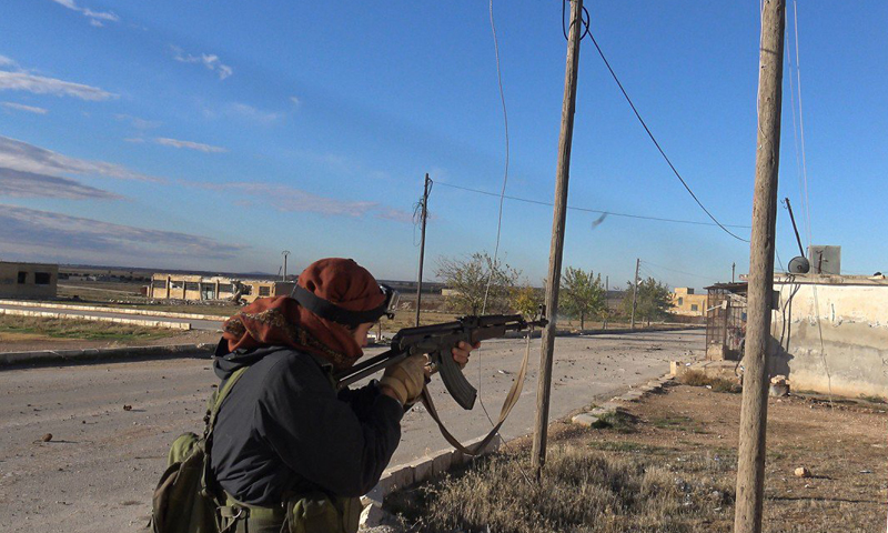 """مقاتل من تنظيم """"الدولة"""" على أطراف قرية براغيدة في ريف حلب الشمالي."""