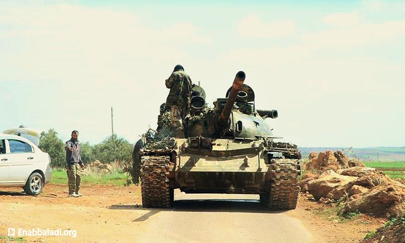 دبابة تابعة لحركة أحرار الشام الإسلامية على جبهة المغير في ريف حماة الشمالي، الجمعة 11 آذار، تصوير: مراسل عنب بلدي، طارق أبو زياد.