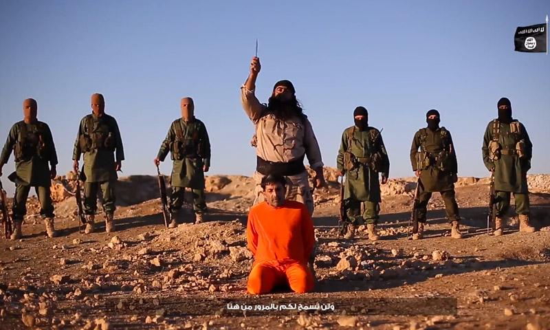 """لحظة إعدام مقاتل من كتبية """"الوطنيين العرب"""" في إصدار لتنظيم """"الدولة"""""""