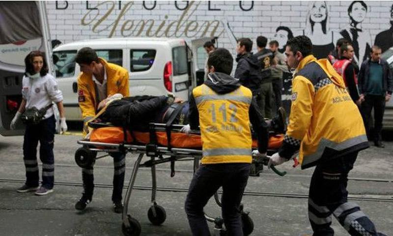 نقل المصابين إلى المشفى( الاناضول)