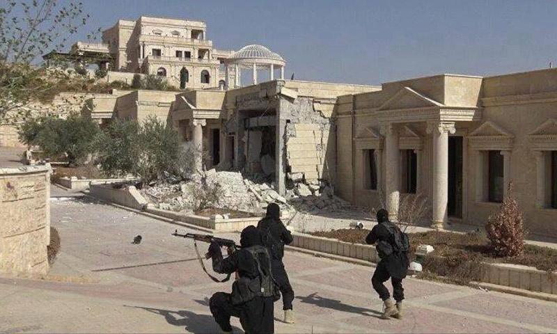 """عناصر لتنظيم """"الدولة"""" في قصر أمير قطر السابق، حمد بن خليفة، في تدمر (أرشيفية)"""