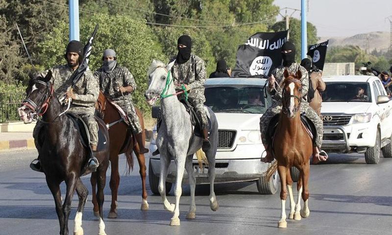 """صورة أرشيفية لمقاتلين من تنظيم """"الدولة"""" في مدينة الرقة."""
