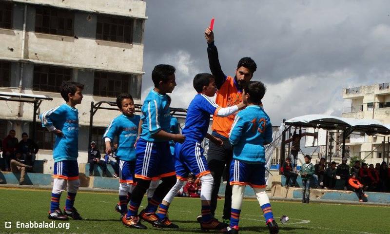 """بطولة """"براعم سوريا"""" بكرة القدم في حي الوعر الحمصي - الأحد 20 آذار 2016 (عنب بلدي)."""