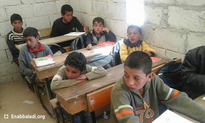 طلاب في صف بمدرسة بمخيم تل الشيح في ريف حماة (عنب بلدي)