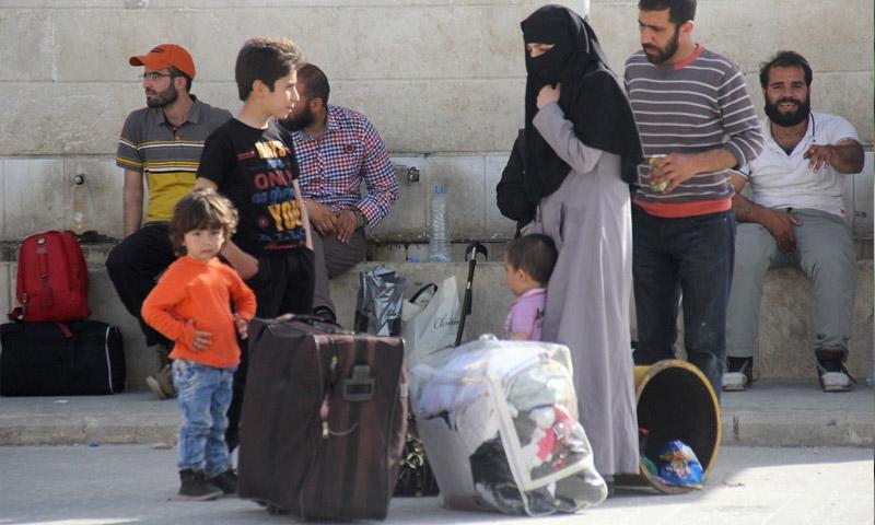 عائلة من مدينة مضايا وصلت إدلب 21 نيسان 2016 (AFP)