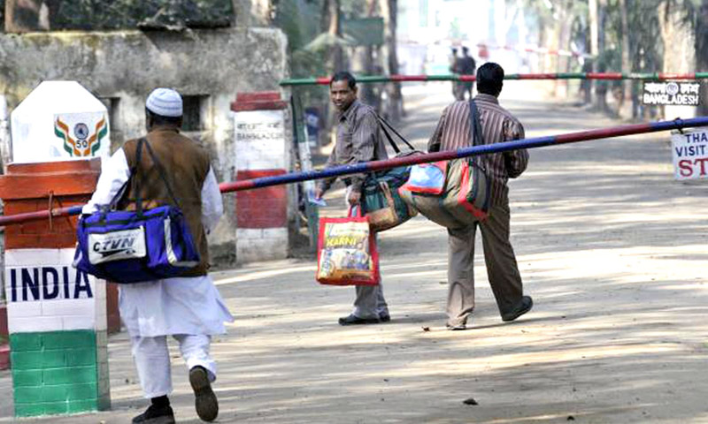 مواطنون يعبرون الحدود بين الهند وبنغلادش (إنترنت)