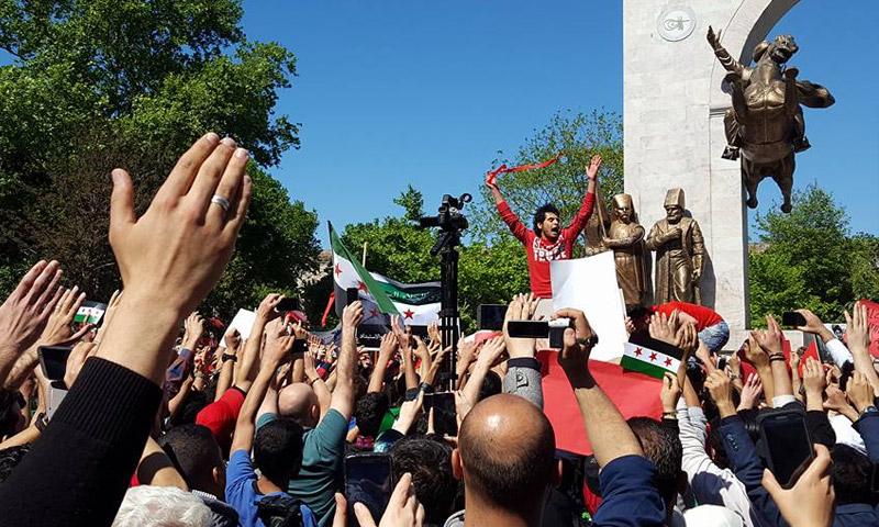 سوريون يتظاهرون تضامنًا مع حلب في اسطنبول التركية 30 نيسان 2016 (فيسبوك)