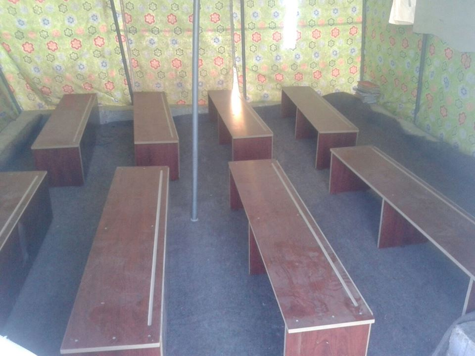 مقاعد في أحد صفوف خيمة للتدريس منشأة حديثًا في حماة (عنب بلدي)