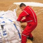 الهلال الأحمر أثناء استلامه المساعدات -الخميس 14 نيسان