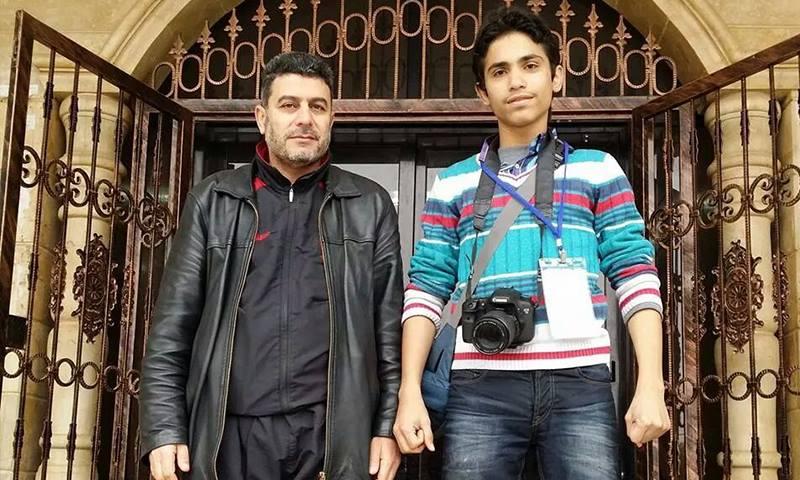 الطبيب حسن الأعراج (يسار) إلى جانب الشهيد الإعلامي معاذ العمر.