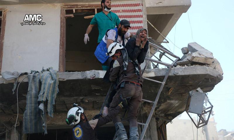 إجلاء الضحايا من أحد المباني السكنية في حي طريق الباب - 23 نيسان 2016 (مركز حلب الإعلامي)