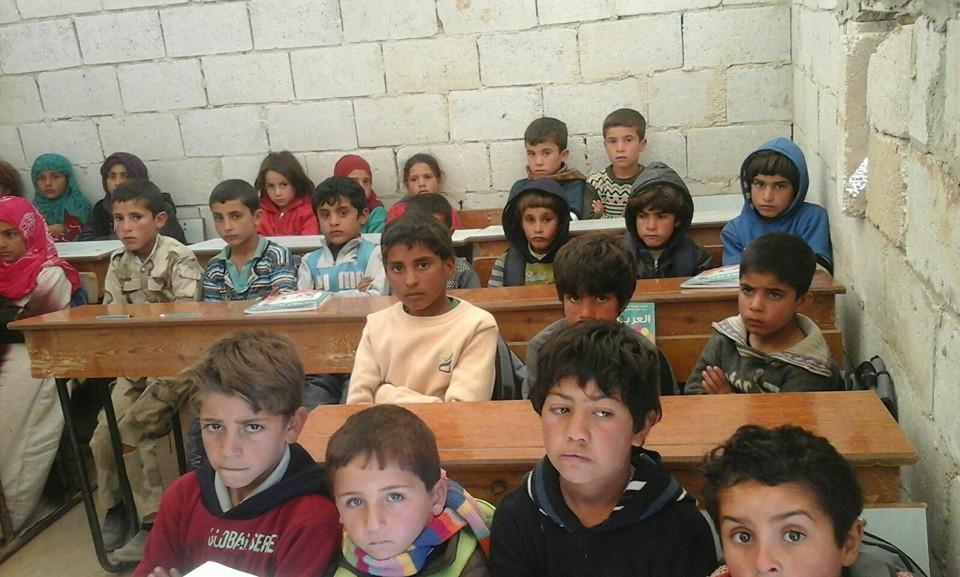 طلاب في صف بمدرسة مخيم الشهداء في تل الشيح، ريف حماة، عنب بلدي.