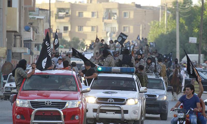 """صورة أرشيفية لمقاتلي تنظيم """"الدولة"""" داخل مدينة الرقة."""
