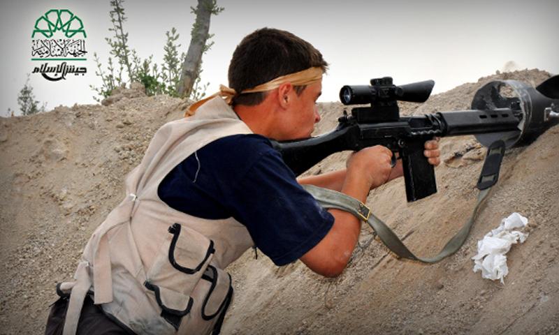 مقاتل من جيش الإسلام على جبهات الغوطة الشرقية، أرشيفية.