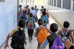 طلاب يدخلون إلى أحد صفوف مدرسة في دوما (عنب بلدي)