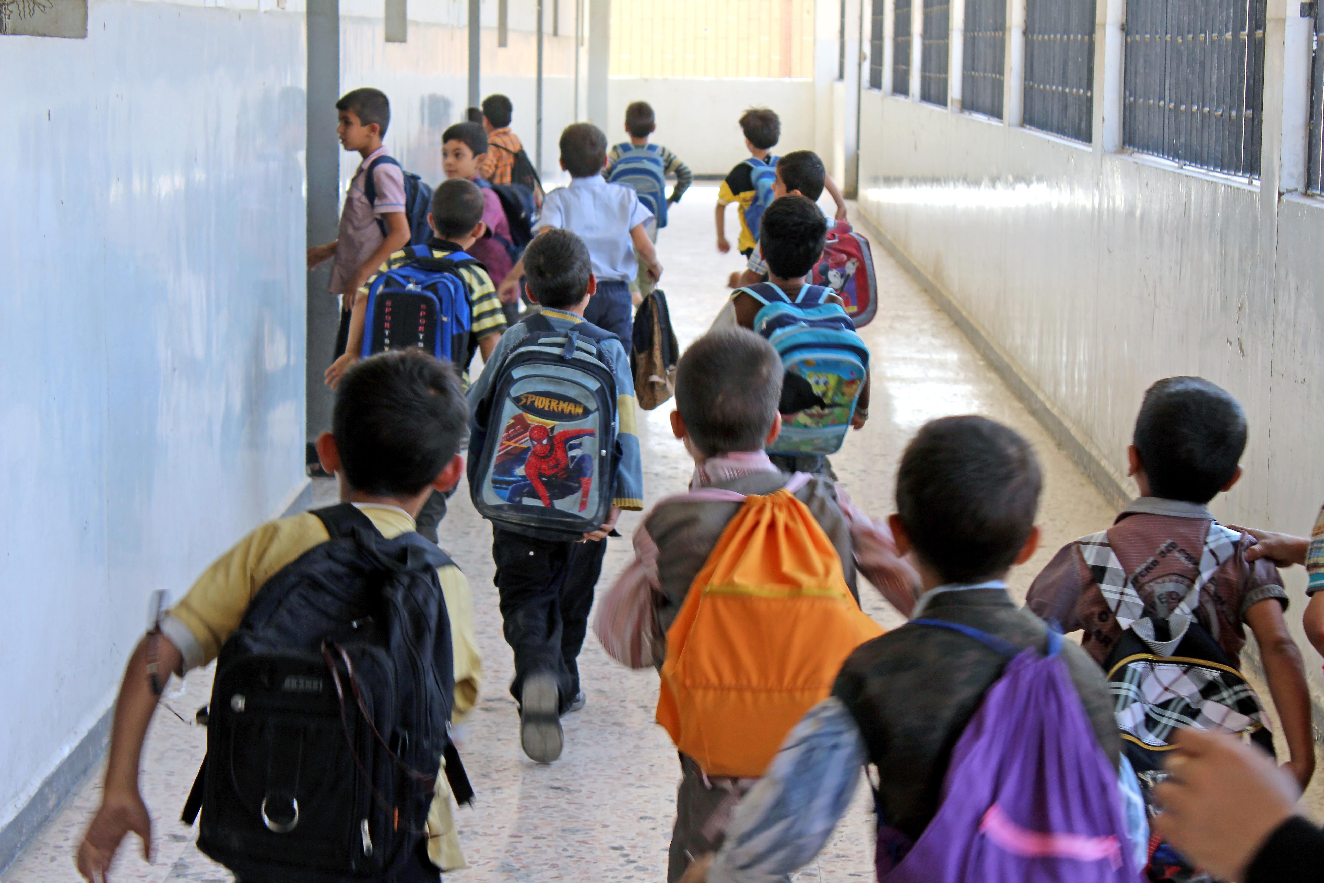 طلاب يدخلون صفًا في مدرسة بدوما (عنب بلدي)