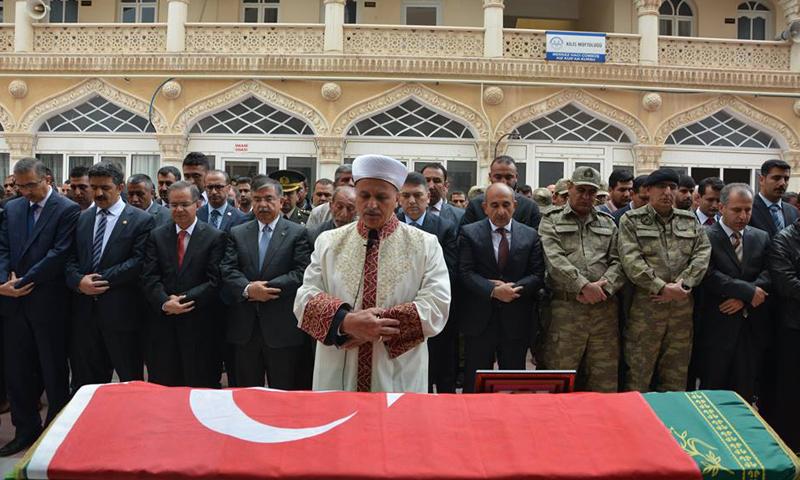 صلاة الجنازة على أحد المواطنين الأتراك، الأربعاء 13 نيسان، قضى بقذائف استهدفت مدينة كلس قبل يومين، المصدر: بلدية كلس.