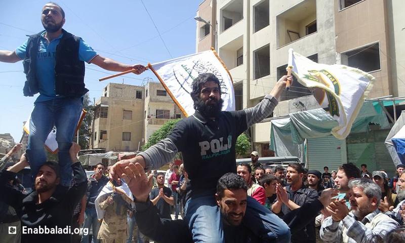 أحمد الخطيب وثائر القاضي، من حي القابون الدمشقي، خرجا من سجون الأسد بعد اعتقال دام أربعة أعوام ونصف، السبت 16 نيسان، المصدر: عنب بلدي.