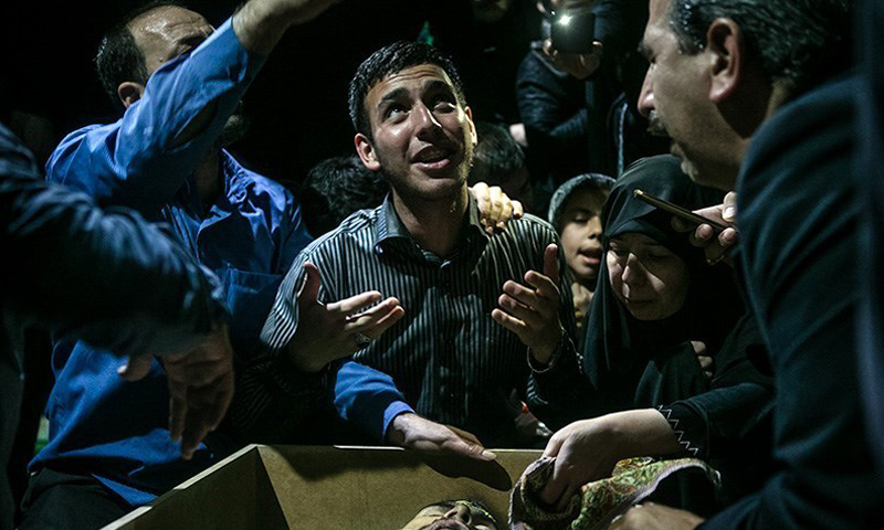 """عائلة ضابط إيراني يبكونه بعد مقتله في سوريا مؤخرًا، الثلاثاء 13 نيسان، المصدر: وكالة """"تسنيم""""."""