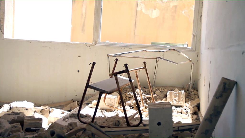 بقايا مقعد في مدرسة بدرعا البلد (عنب بلدي)