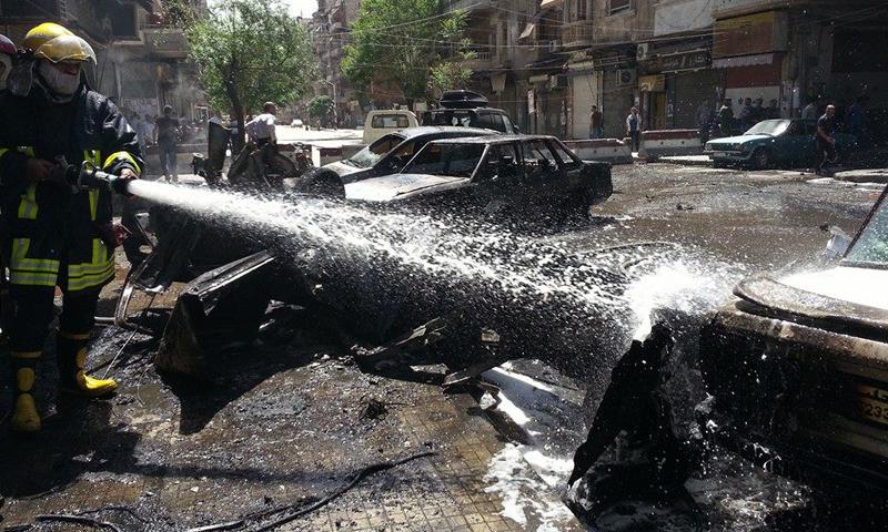 مكان سقوط القذائف في حي السليمانية الخاضع لسيطرة النظام السوري في مدينة حلب، الاثنين 25 نيسان.