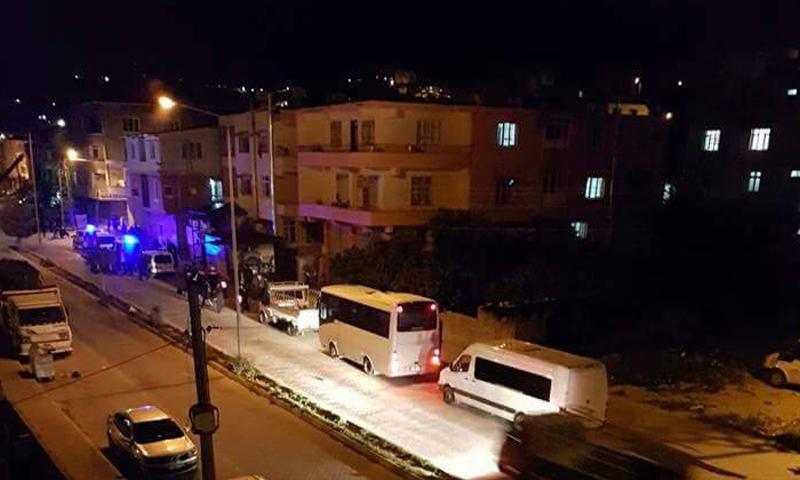 شهد حي نارلجافي مدينة أنطاكيا، مساء الأحد 17 نيسان، عراكًا بين شبان سوريين وأتراك، تدخلت الشرطة التركية على إثره.