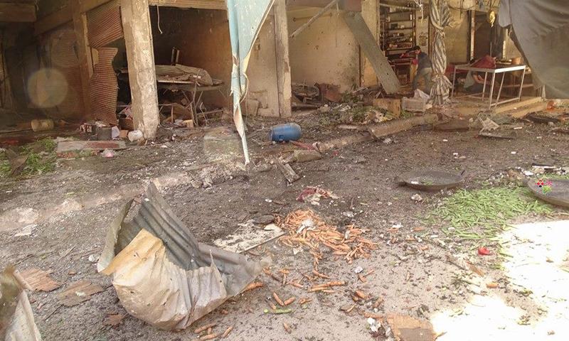آثار القصف على سوق الخضار في مدينة دوما، السبت 23 نيسان، المصدر: تنسيقية دوما.