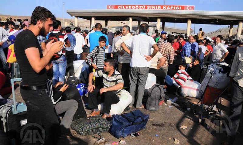 صورة أرشيفية لمسافرين سوريين على معبر باب الهوى الحدودي، المصدر: وكالة الأناضول.
