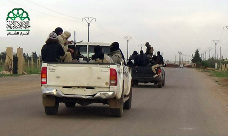 أثناء توجه مقاتلين من حركة أحرار الشام إلى بلدة سحم الجولان، الخميس 7 نيسان.