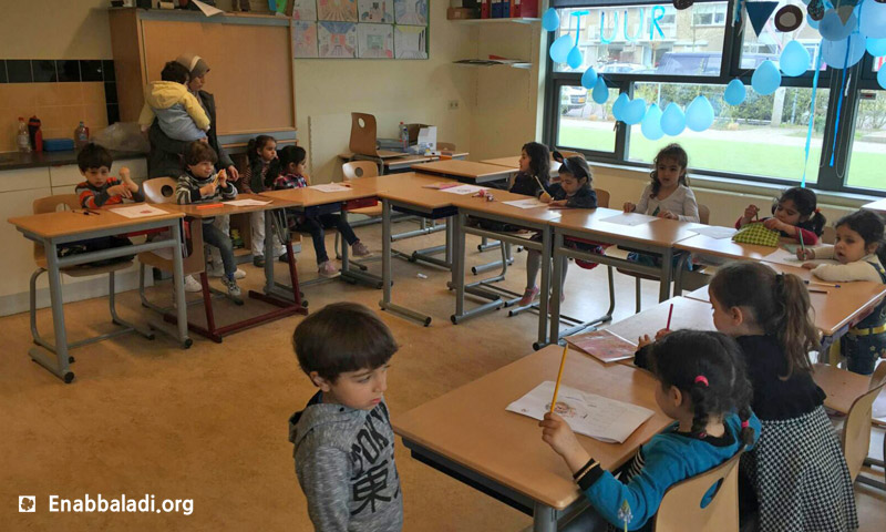 """أطفال في """"المدرسة السورية لتعليم اللغة العربية"""" في هولندا (عنب بلدي)"""