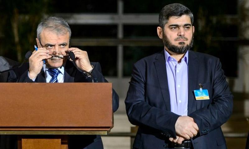 كبير مفاوضي المعارضة السورية، محمد علوش، إلى جانب رئيس الوفد، العميد أسعد الزعبي في جنيف - 13 نيسان 2016 (AFP)