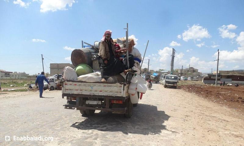 """نازحون من مخيمات ريف حلب الشمالي، بسبب الاشتباكات بين فصائل المعارضة وتنظيم """"الدولة""""، 14 نيسان 2016 (عنب بلدي)"""