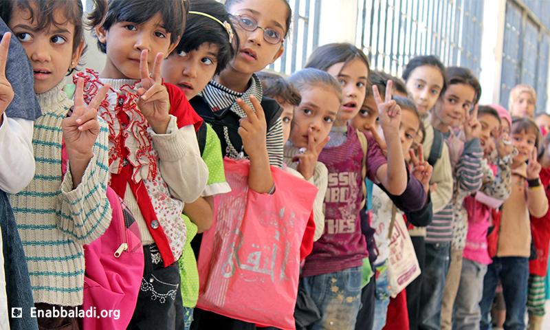 طلاب يصطفون في طابور بإحدى مدارس الغوطة الشرقيةـ عنب بلدي.