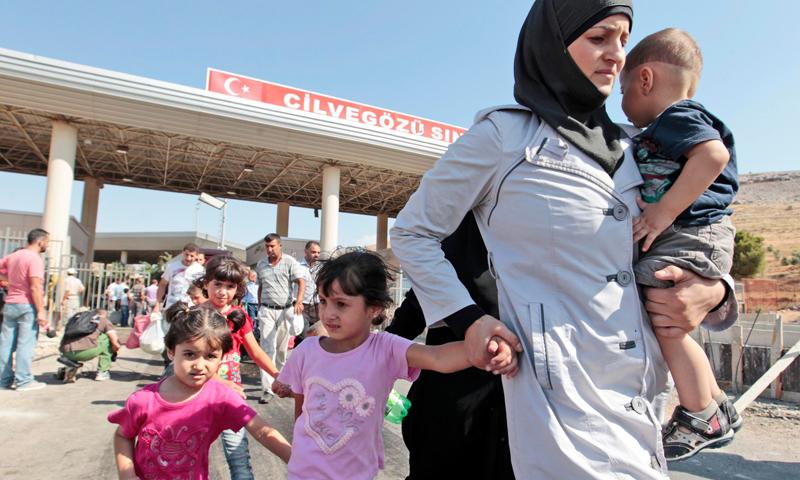 صورة أرشيفية لعبور اللاجئين السوريين إلى تركيا.