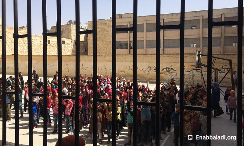 طابور في إحدى مدارس الغوطة الشرقية (عنب بلدي)