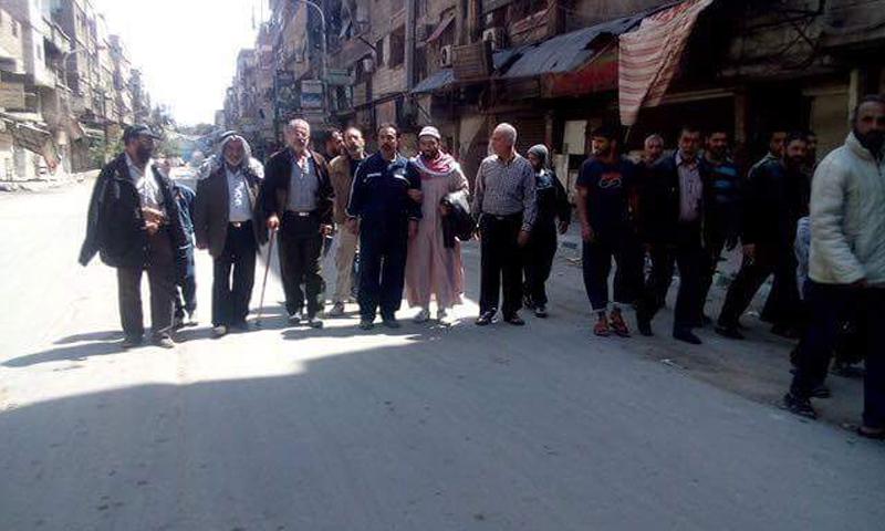 """وفد من أهالي مخيم اليرموك في مسعى للتوسط لدى قادة """"داعش"""" و""""النصرة"""" وحثهم على التهدئة، السبت 16 نيسان."""