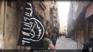 """مقاتلو تنظيم """"الدولة الإسلامية"""" في مخيم اليرموك، الجمعة 13 أيار."""